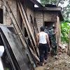 Satgas TMMD  Ke 104 Bantu Membersihkan Dapur Rumah Warga Yang Ambruk