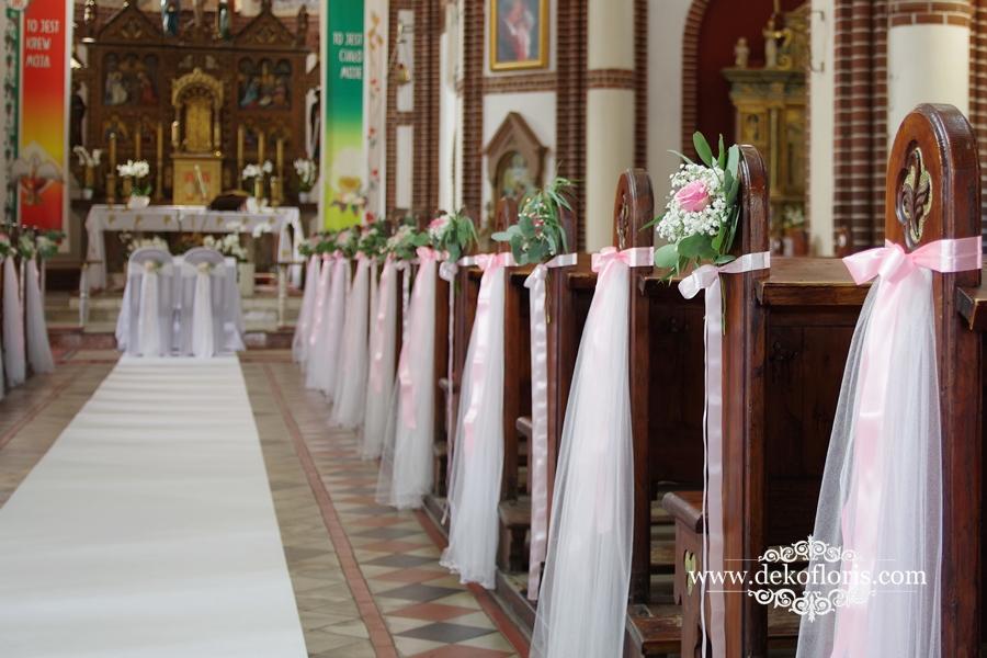 Ślubna dekoracja kościoła w różu z eukaliptusem Lewin Brzeski biały dywan