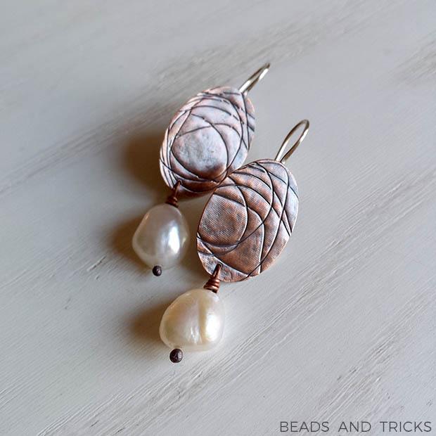 Orecchini in rame con texture, argento e perla