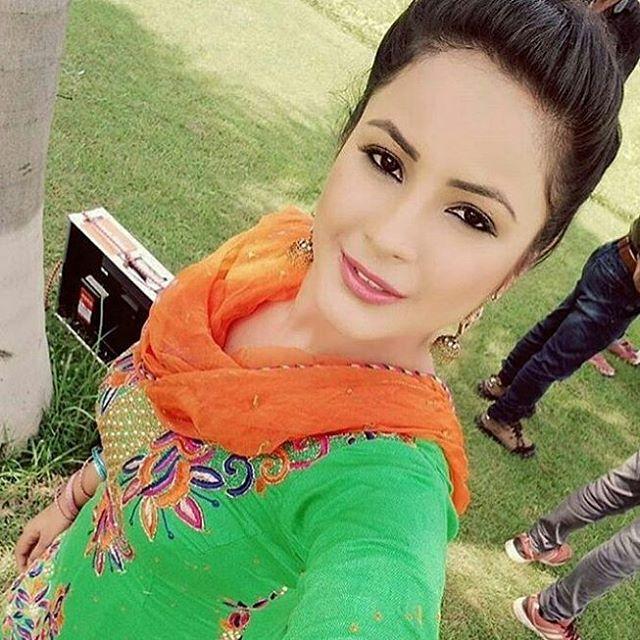 Shehnaz Kaur hot selfie still