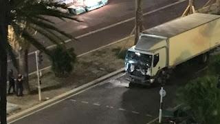 Attentato a Nizza: Camion lanciato sulla folla uccide 73 persone