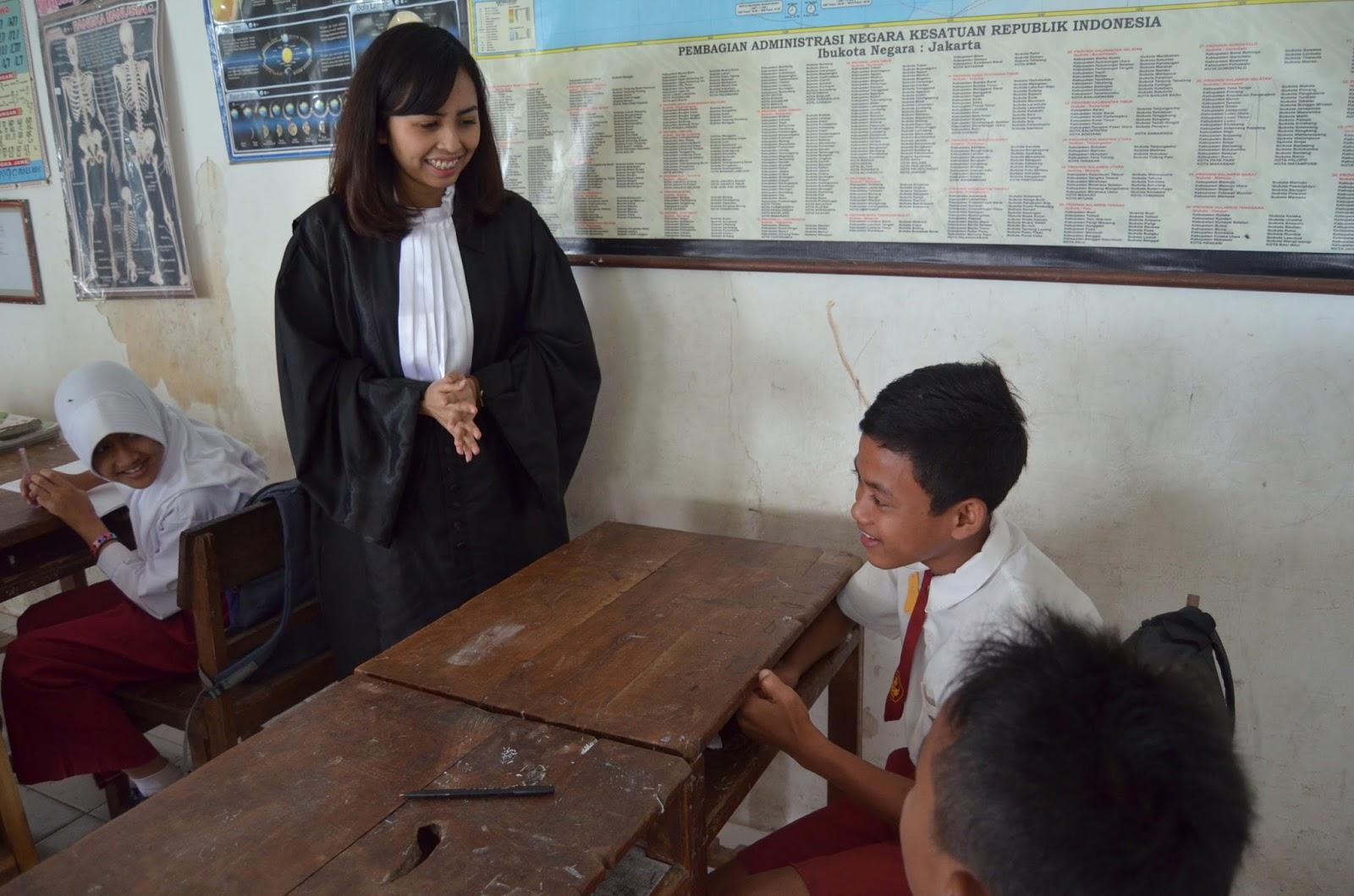 Relawan Pengajar yang berprofesi menjadi Pengacara mengajar di kelas