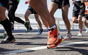 Como evitar as lesões mais comuns em atletas, corredores, esportistas e quem faz caminhadas. Quais são os tipos de lesões? Entorse, luxação, fratura e contusão são lesões muito comuns e podem ser causadas por acidentes no trânsito, traumas esportivos, quedas ou até mesmo em situações do dia a dia: um passo em falso, um buraco despercebido na calçada ou ainda o desequilíbrio causado por um salto alto