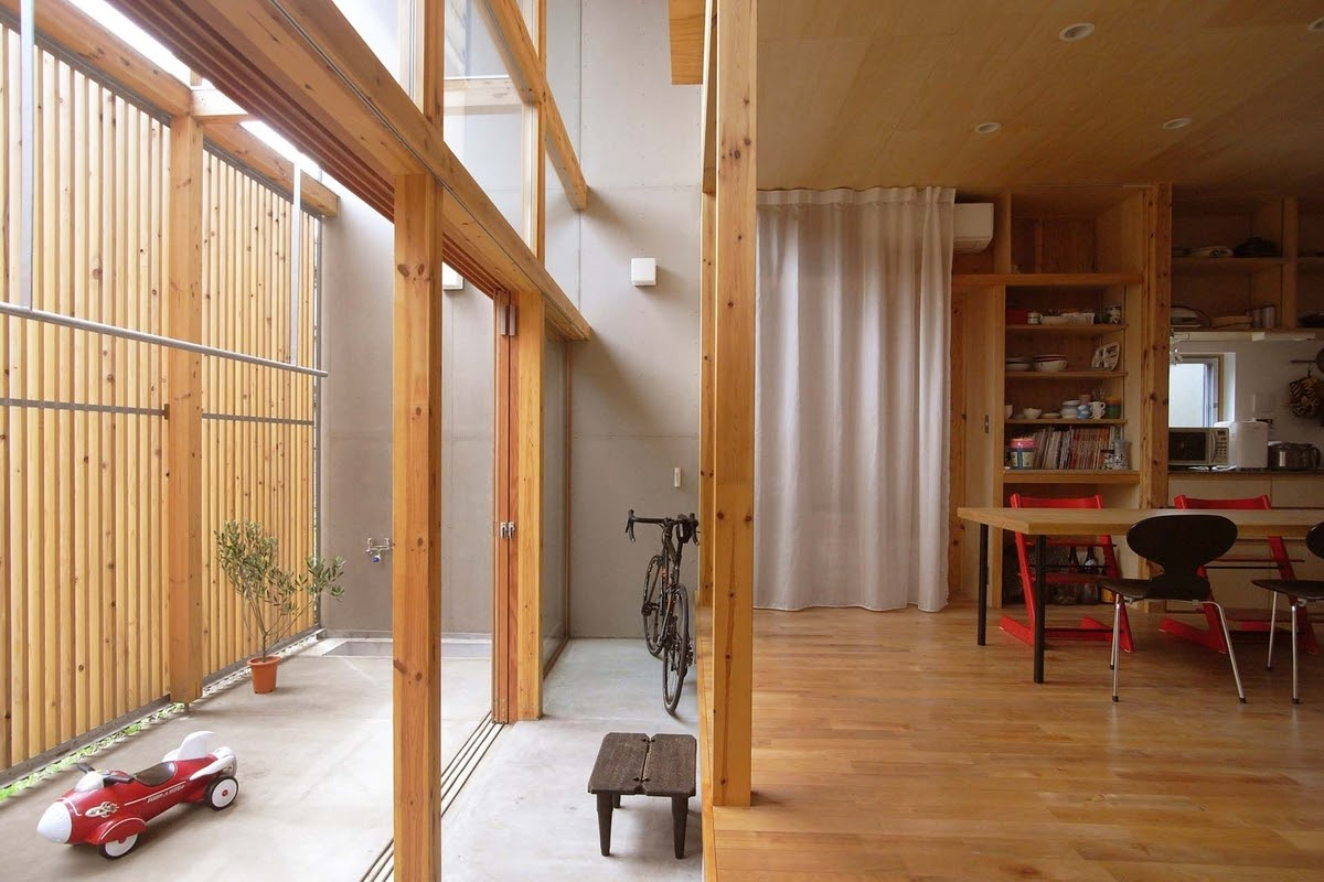 06-Internal-Courtyard-Hall-and-Living-Room-Mizuishi-Architects-Atelier-Light-and-Airy-House-in-Japanese-Architecture-www-designstack-co