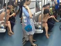 Heboh, Wanita Ini Nekat Naik Kereta Hanya Mengenakan Bikini