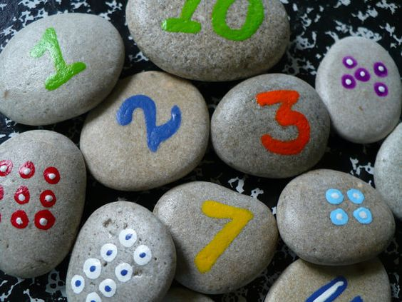 Piedras decoradas con números