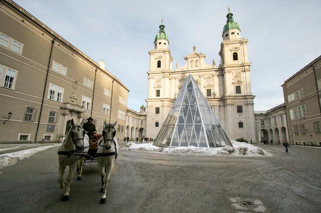 Carrozza con cavalli e Duomo in Domplatz-Salisburgo