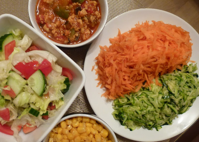 Chicken mince, courgetti and carrot 'pasta' and salad