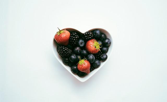 Frutero de fresas y frambuesas con forma de corazón
