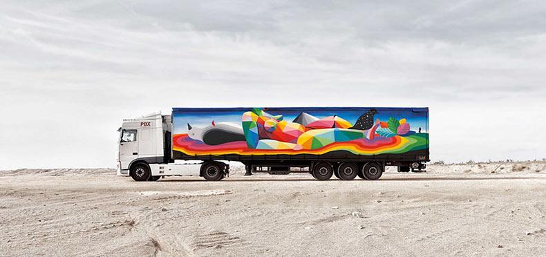 Artistas pintadan murales en los camiones de transporte