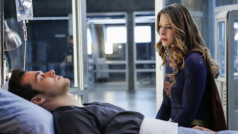 Supergirl preocupada por Mon-El cuando este se ve afectado por el virus Medusa