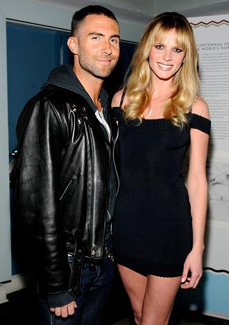 Foto de Adam Levine feliz junto a su amiga