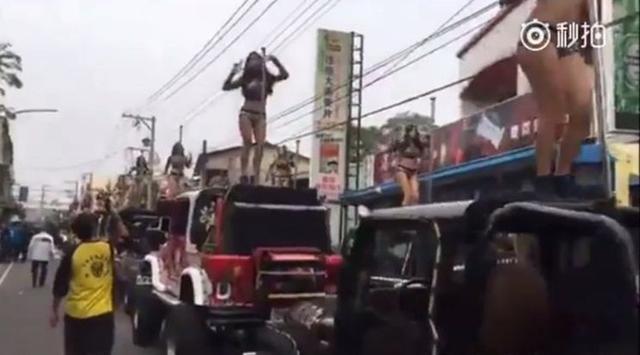 Penari Striptis Bugil Diatas Mobil