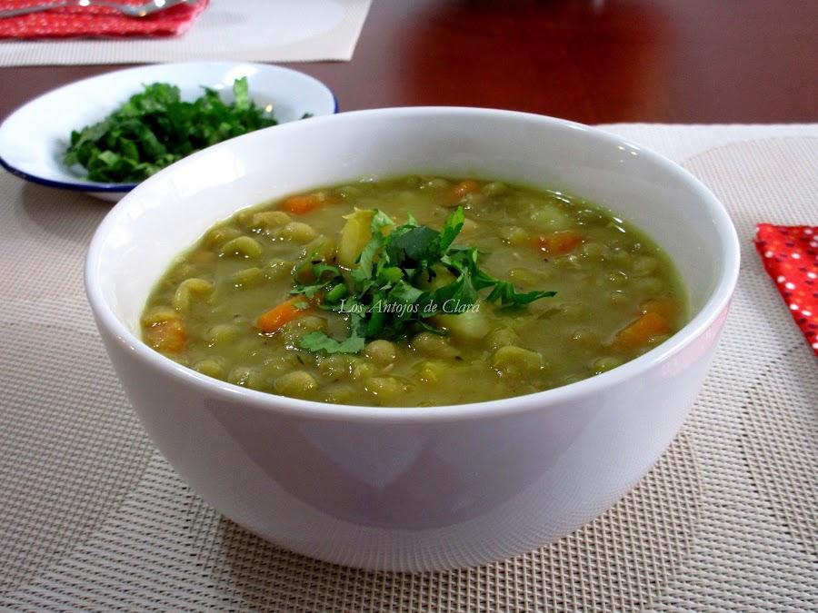 Sopa de arvejas secas con verduras y papa