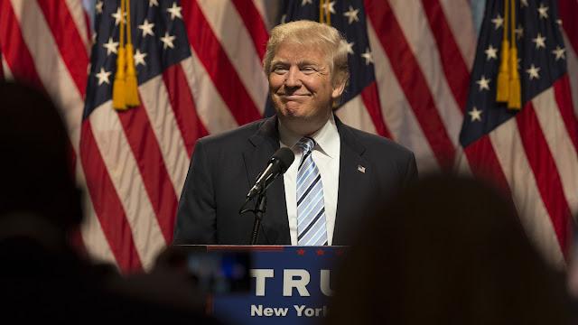 O candidato republicano à presidência improvável Donald J. Trump foi eleito presidente dos Estados Unidos, derrotando sua adversária democrata Hillary Clinton.