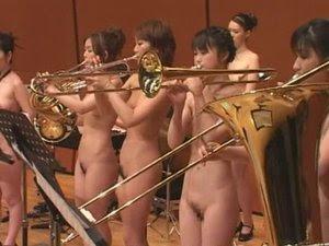 Tampilan Konser Orkestra Wanita Bugil di Jepang
