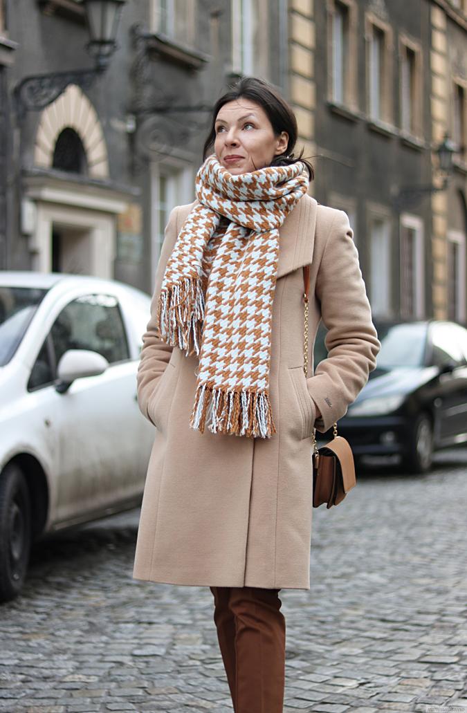 beżowy płaszcz damski stylizacje