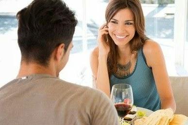 Lenguaje corporal femenino en una cita