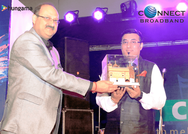 Mr Arvind Jalota (CBO and Head International business Connect Broadband) honouring Mr. Sidharth Roy,(CEO of Hungama )