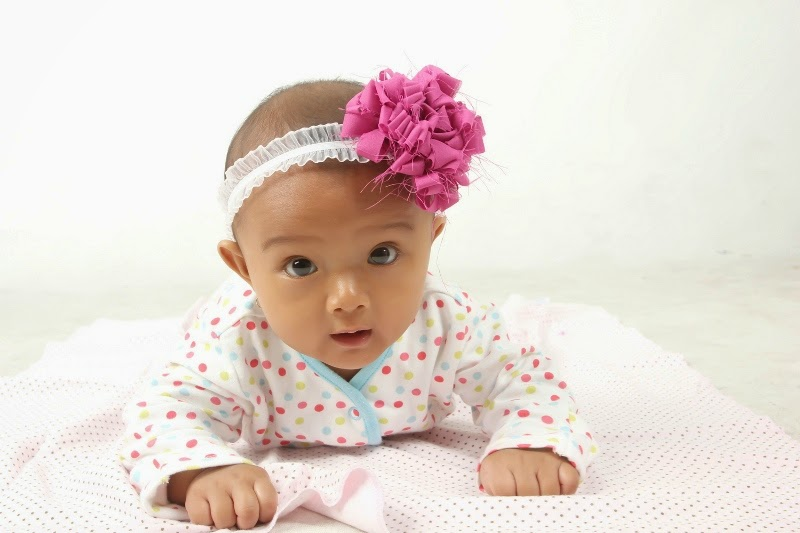 foto bayi lucu pakai bando bandana bunga imut banget