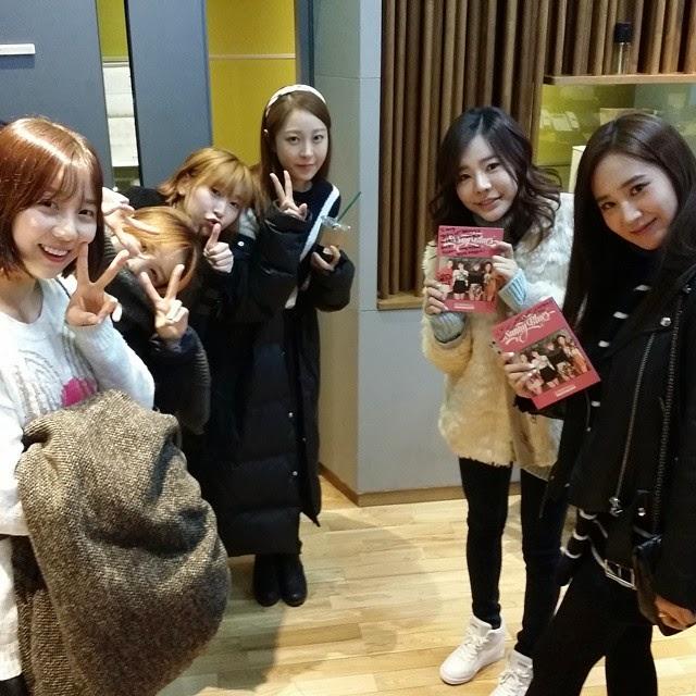 This Girls Generation/SNSD photo contains zeichen, plakat, text, tafel.