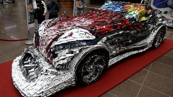 Artist Builds A Car From 25,000 Cell Phones
