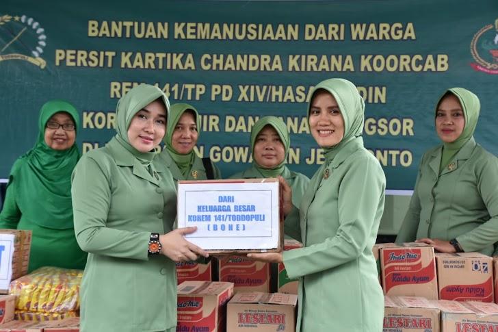 Persit Kartika Chandra Kirana Koorcab Rem 141 Pd XIV/Hasanuddin Kepada Korban Bencana