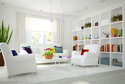 Белая гостиная и цветные предметы