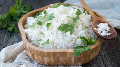 Un altro consiglio da tenere a mente: il riso bianco del sushi è tipicamente preparato con zucchero e sale insieme all'aceto di riso ed è quindi ricco di carboidrati raffinati. Se mangi spesso sushi, prova a chiedere la versione integrale. Anche se avrà comunque degli zuccheri aggiunti,  sarà più ricco in fibre.