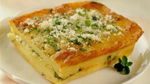 tarta de patata cebolla y parmesano en la cocina de la abuela