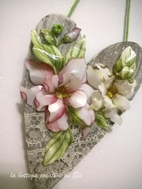 fiori-sospeso-trasparente-su-cuore-in-legno