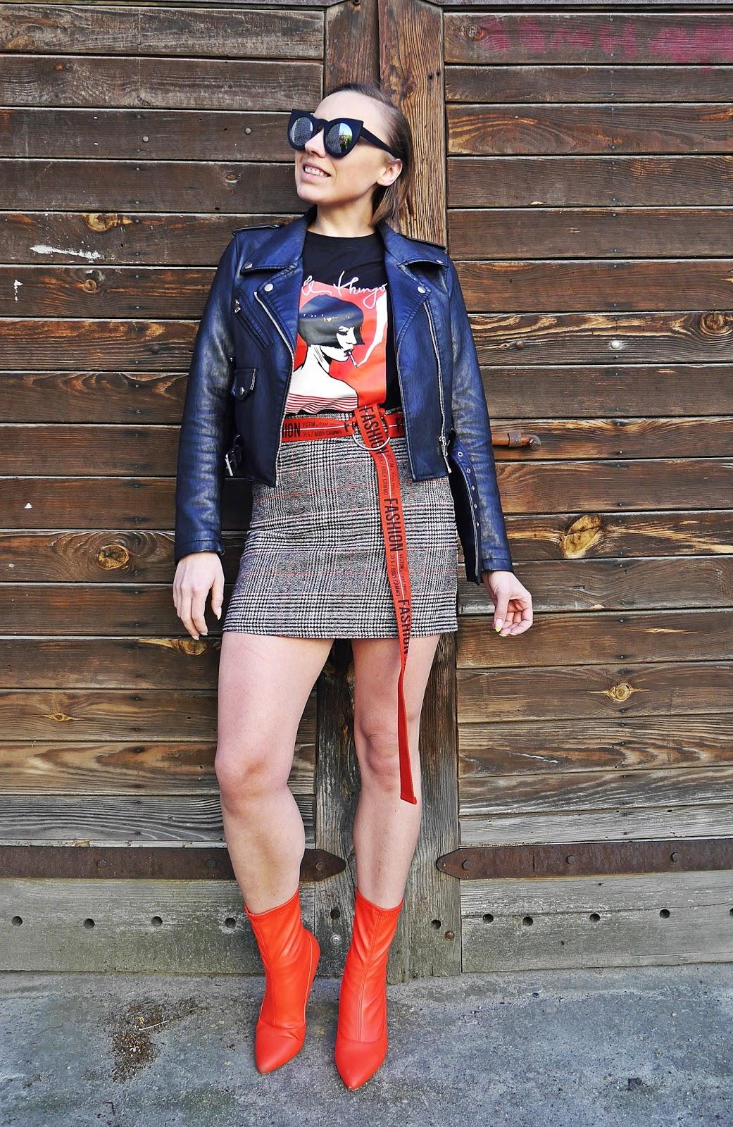 9_spodnica_w_krate_czerwone_botki_t-shirt_z_nadrukiem_karyn_blog_modowy_220418