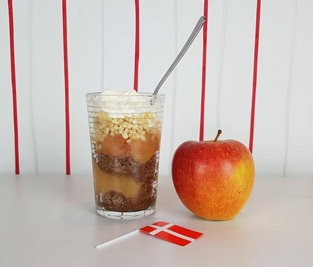 Rezept: Æblekage - der dänische Apfelkuchen, der keiner ist. Sondern ein leckeres Apfeldessert - und ich verrate Euch die Zubereitung! Aber ein toller Nachtisch mit Äpfeln, Sahne, Ymerdrys und Mandeln im hohen Glas!