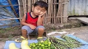 Jangankan Sekolah, Bocah Kecil ini Harus Susah Payah Berjualan Sayur. Melihat Kondisinya Bikin Kita Terenyuh