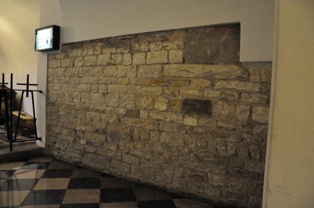 Wawel - romański mur w podziemiach katedry