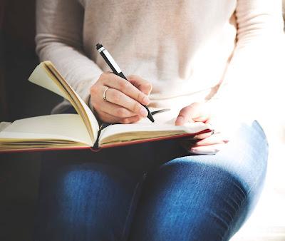 Concepto de diario de escritura de señora asiática cuaderno