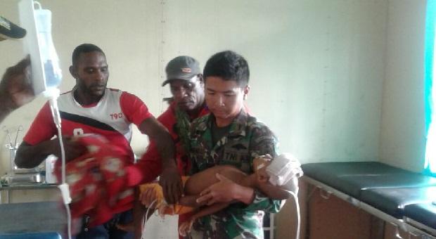 Satgaskes TNI Selamatkan Anak Kejang dari Distrik Agats