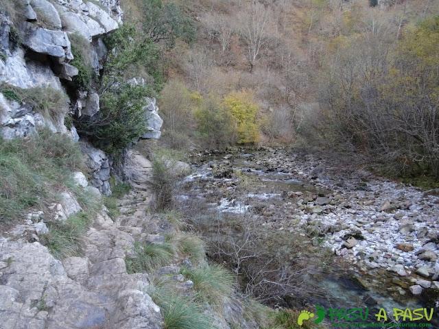 Tramo rocoso en la ruta de la Olla de San Vicente