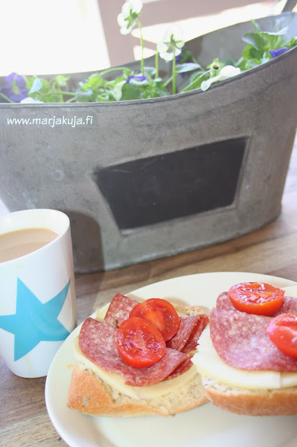 aamupala terassilla