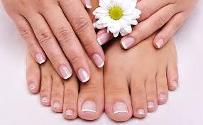 As mãos e pés tendem a  envelhecer e ressecar muito rápido. E é preciso tomar alguns cuidados, saiba no blog os cuidados com mãos e pés