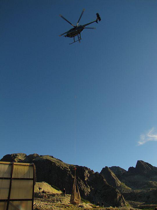 Helikopter zaopatrzeniowy dla Schroniska Zbójnickiego.