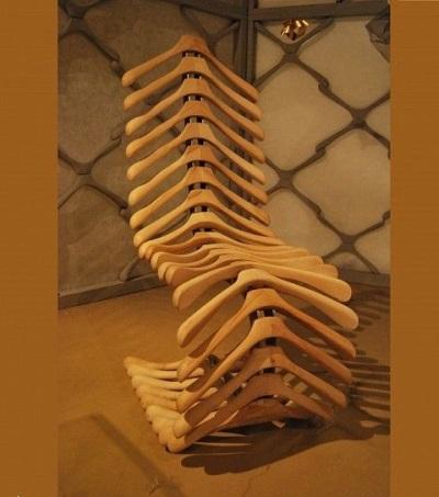 Rangkai kayu gantungan baju menjadi kursi