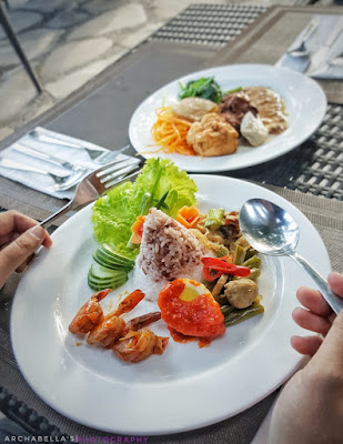 Nasi tumpeng merah putih dengan pelengkap udang saos mentega,telur balado,tumis putren,tumis kacang dan lalapan.Sedap! (Dok.Pri)