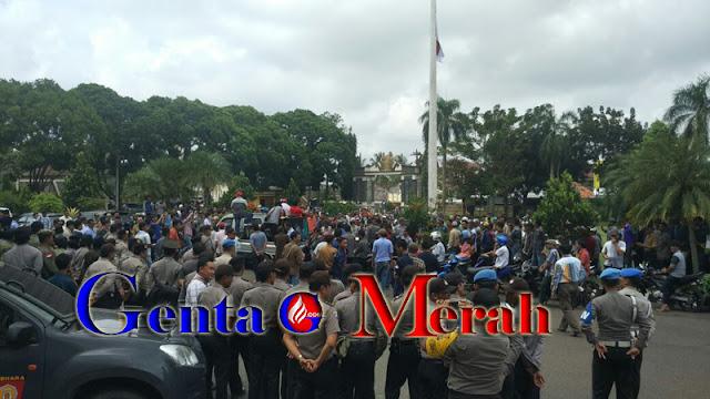 Ribuan Massa Merangsek Pemkab-DPRD Lampura Meminta Plt Bupati Batalkan SK Rolling