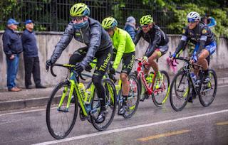 En la bici conviene ir protegido del mal tiempo