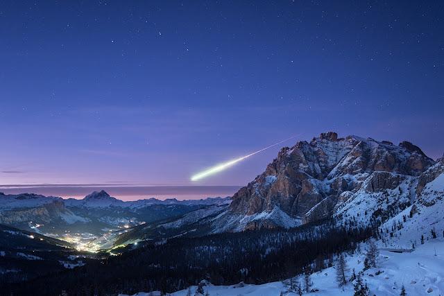 Một sao băng lớn trên bầu trời dãy Alps. Hình ảnh: Ollie Taylor.