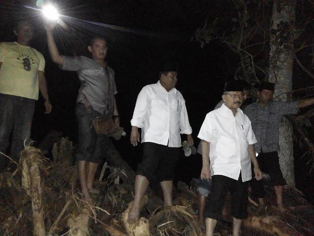 Bupati Ali Mukhni dan Wakil Bupati Suhatri Bur, Tengah Malam Kunjungi Surantiah Lubuk Alung Pasca Banjir
