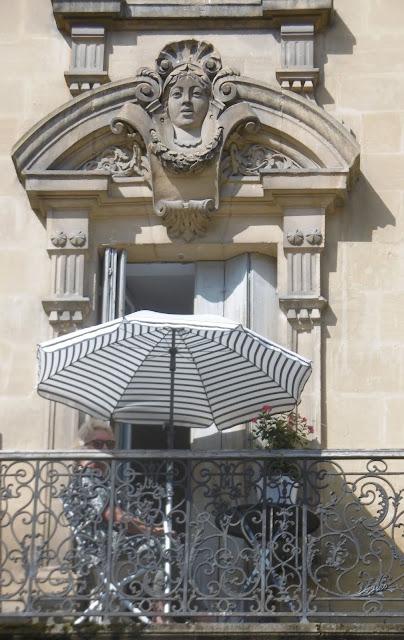 Tête sur /sous parasol, Sarlat, malooka