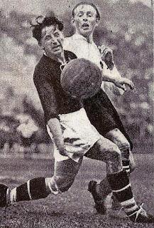 Austria - Ungheria 2-1, 31 maggio 1934, Stadio Littoriale, Bologna. Quarti di finale della Coppa del mondo. Sindelar in azione contro la difesa magiara.