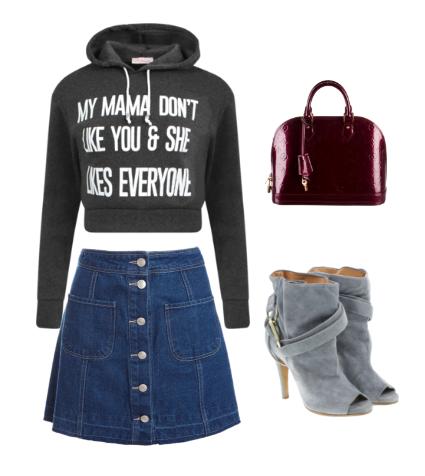 minifalda denim, sudadera con mensaje y capucha gris oscura, botines peeptoe gris claro y bolso de mano burdeos
